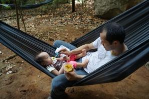 Octávio dando almoço para Luisa enquanto eu escalava. Foto: arquivo pessoal.